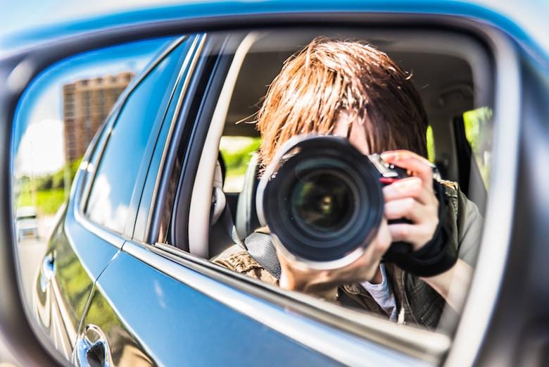Journaliste réalisant un essai auto
