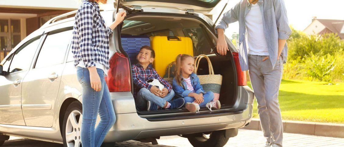 Une famille en train de choisir une voiture familiale