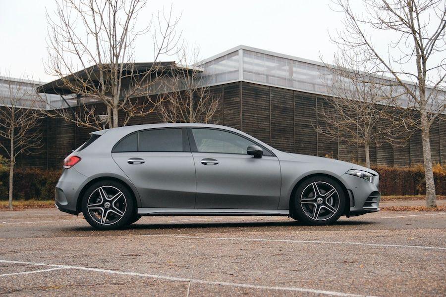 Une autre vue de profil de la Mercedes Classe A