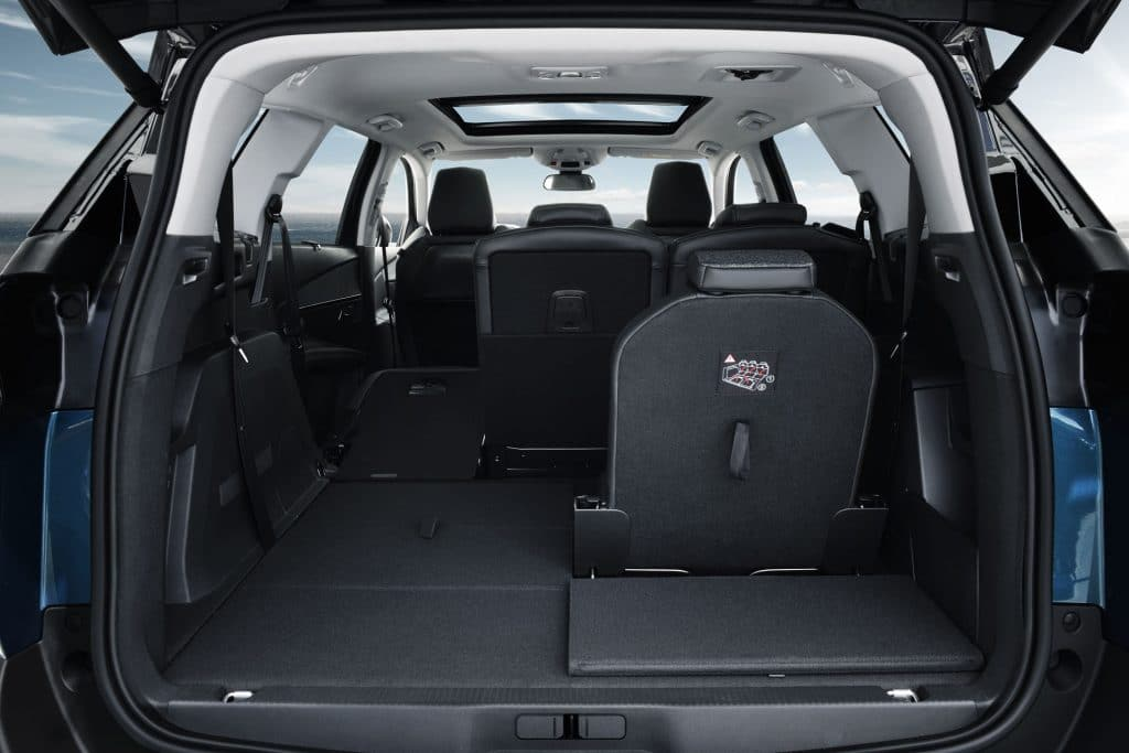 L'intérieur du 5008 avec les sièges rabattables et le coffre