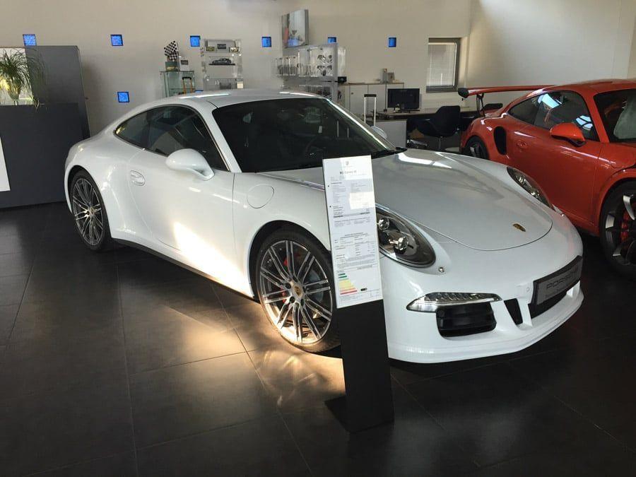 Une Porsche se trouvant dans un Centre Porsche