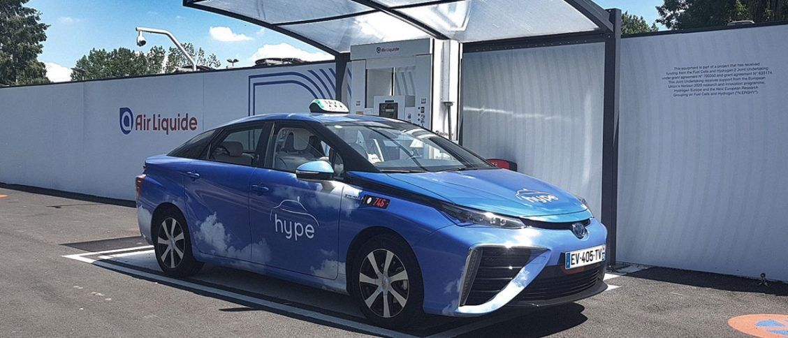 Toyota Mirai devant une station hydrogène