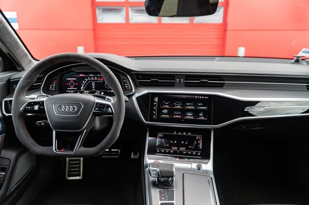 Volant et console centrale de l'Audi RS6 Avant