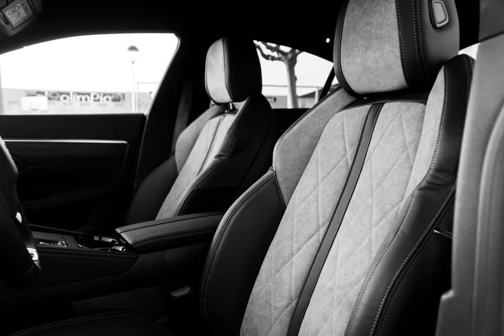 Sièges avant de la Peugeot 508 Hybrid