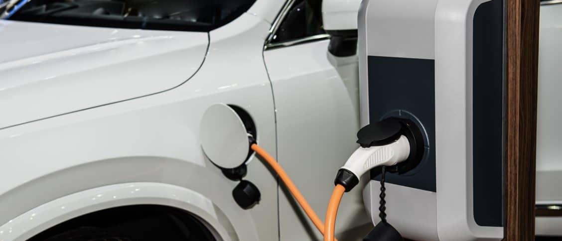 Zoom sur la borne de recharge et le connecteur de charge côté véhicule
