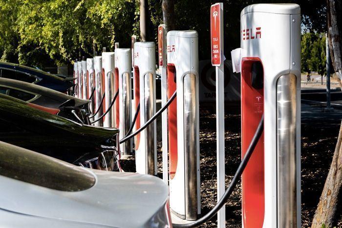 Une station Superchargeurs pour les véhicules électriques Tesla