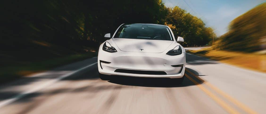 Tesla Model 3 sur route