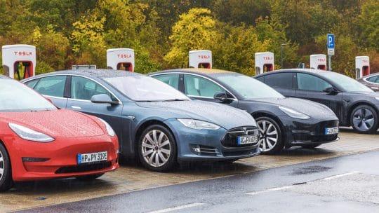 Voitures Tesla en train de charger dans une station Superchargeur