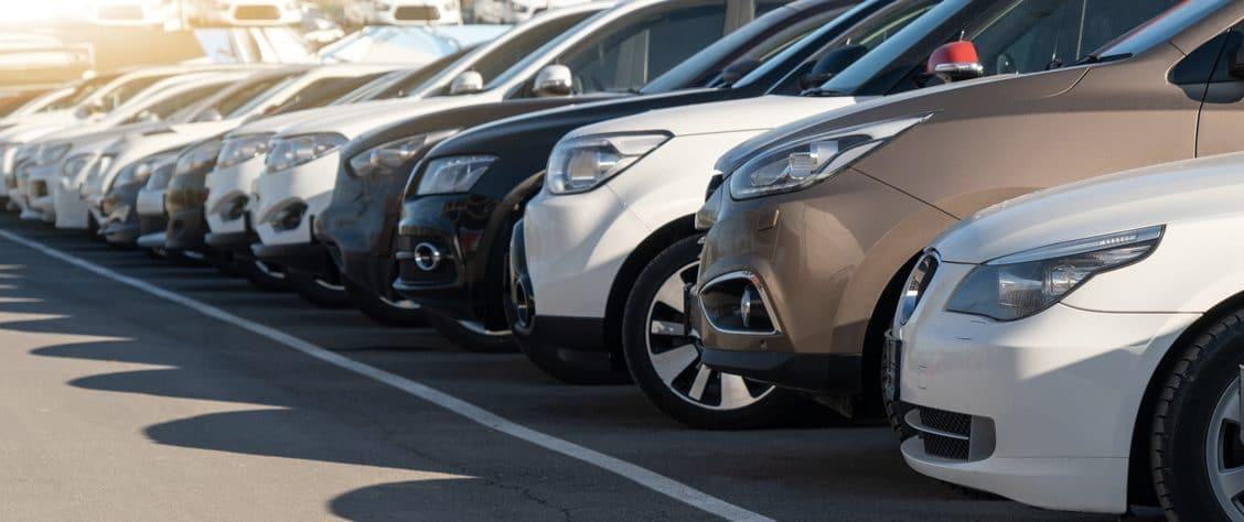 Rangée de voitures neuves sur un parking