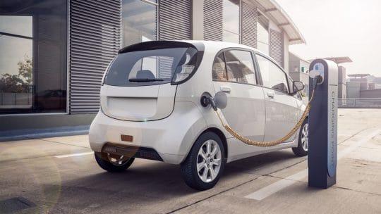 Voiture électrique en train de charger sur un parking