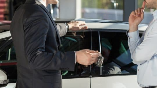 Homme en train d'acheter une voiture