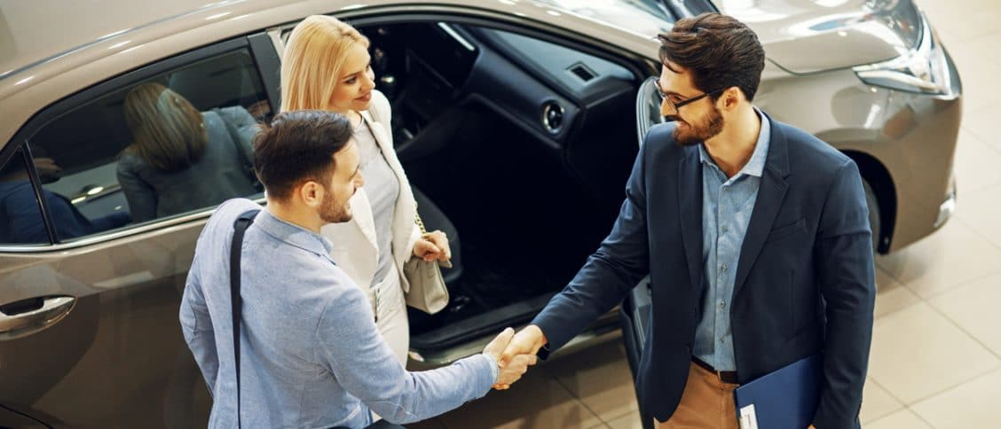 Couple en train d'acheter une voiture