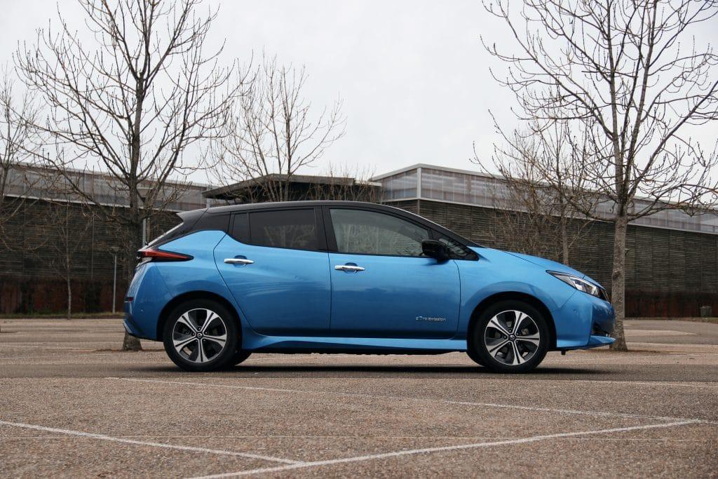 Vue de profil de la Nissan Leaf