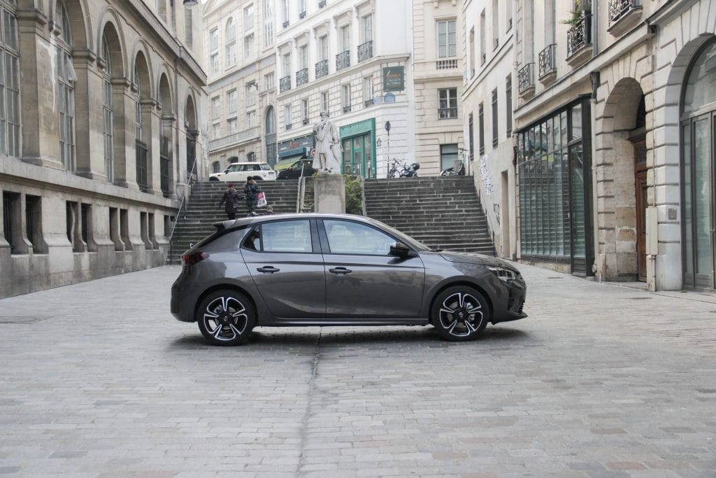 Vue de profil droit de l'Opel Corsa