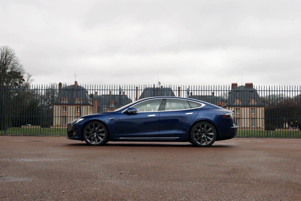 Vue de profil de la Tesla Model S
