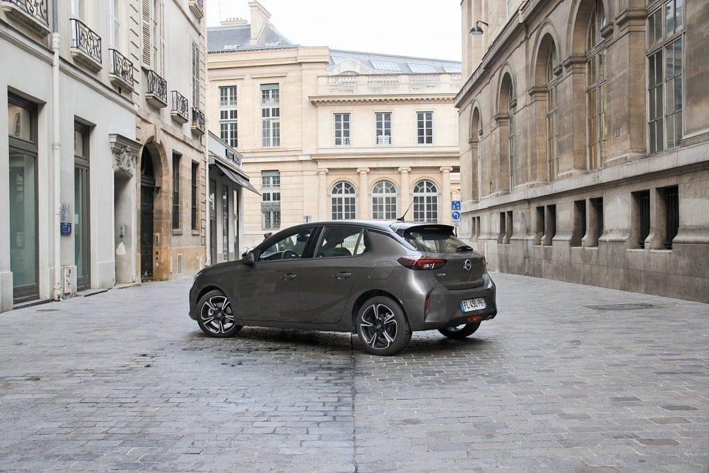 Vue de profil arrière de l'Opel Corsa