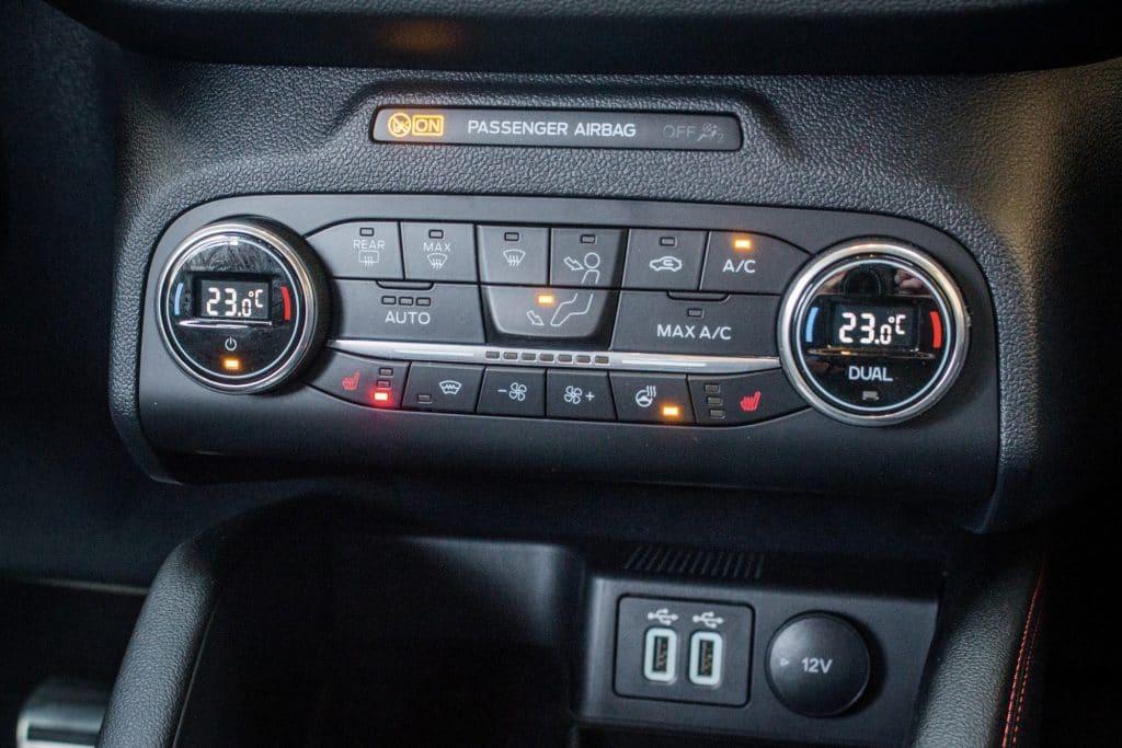 Commandes physiques du Ford Kuga hybride (FHEV)