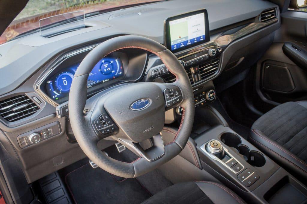 Poste du conduite du Ford Kuga hybride (FHEV)