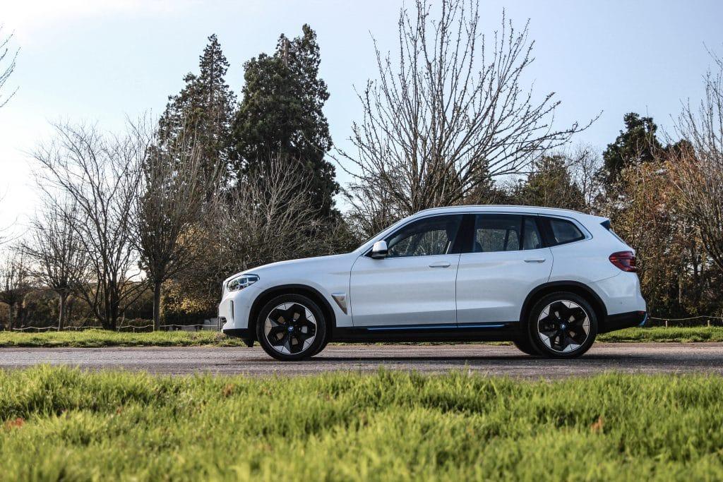 Vue de profil du BMW iX3