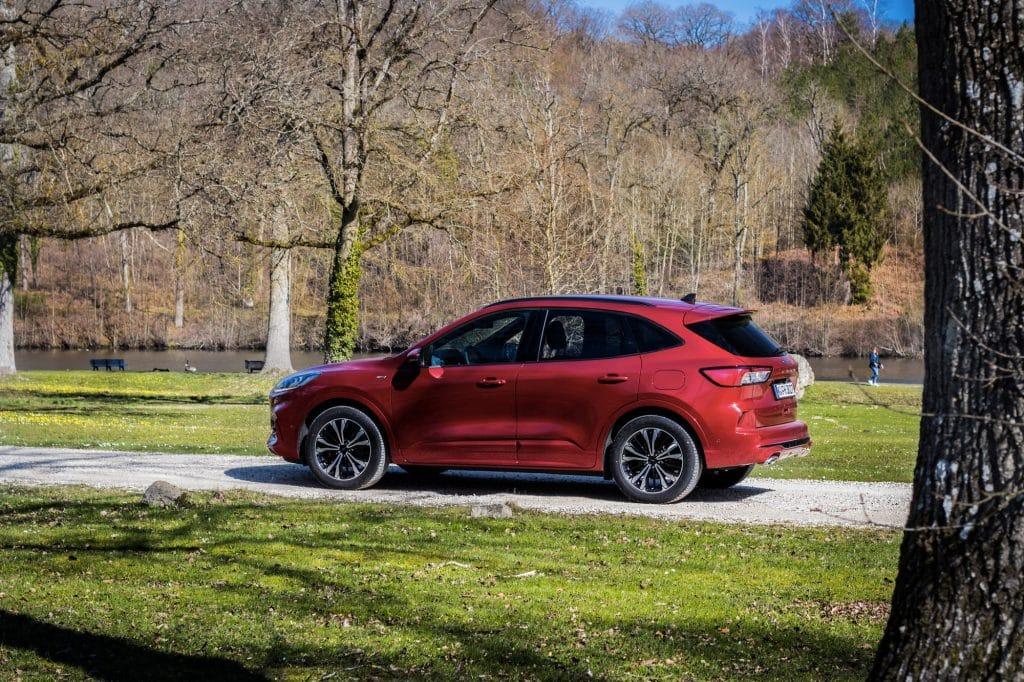 Vue de profil du Ford Kuga hybride (FHEV)