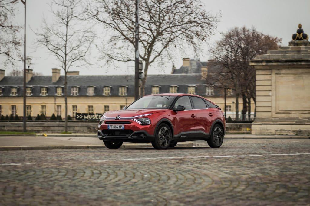 Citroën C4 rouge en conduite