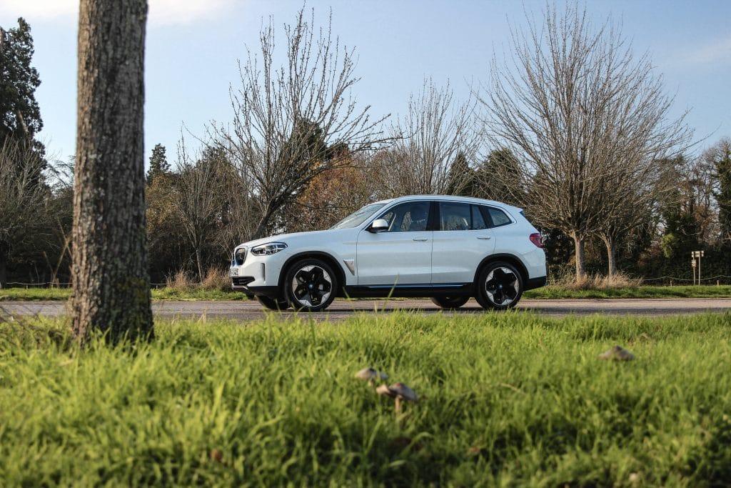 Vue de profil du SUV électrique BMW iX3