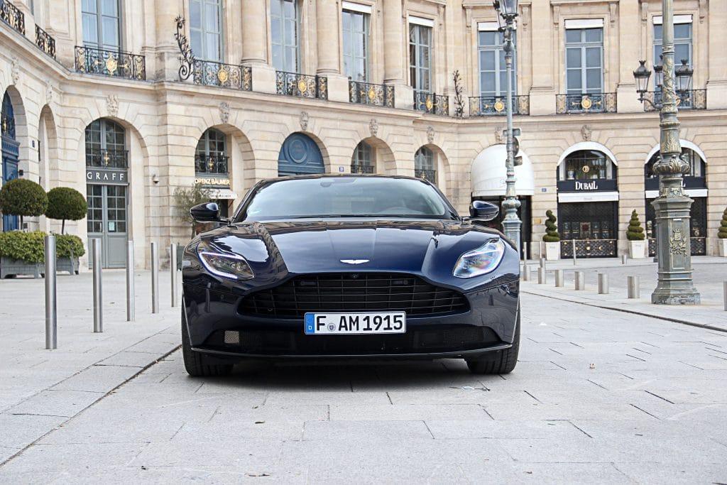 Vue avant de l'Aston Martin DB11