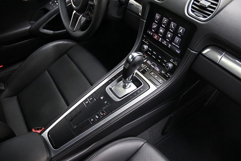 Console centrale de la Porsche 718 Cayman S