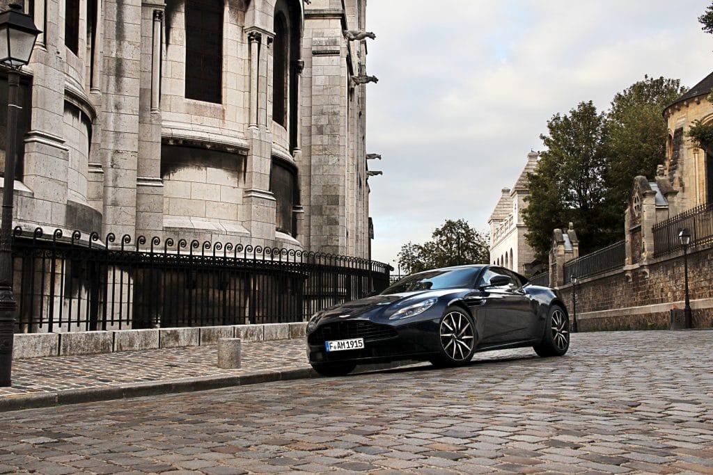 Vue de profil de l'Aston Martin DB11