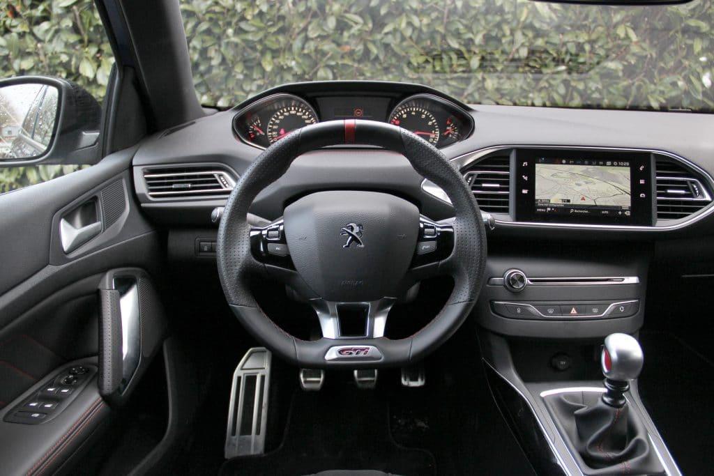 Poste de conduite de la Peugeot 308 GTi