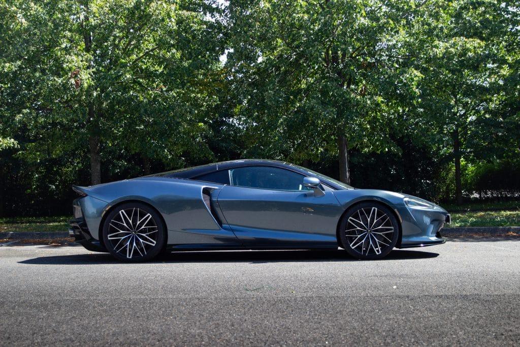 Vue de profil de la McLaren GT